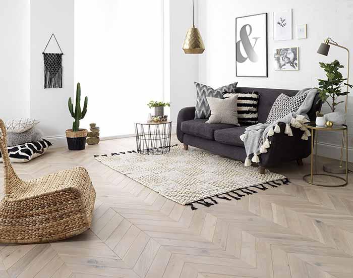 Sàn gỗ và thảm trong phòng khách hiện đại