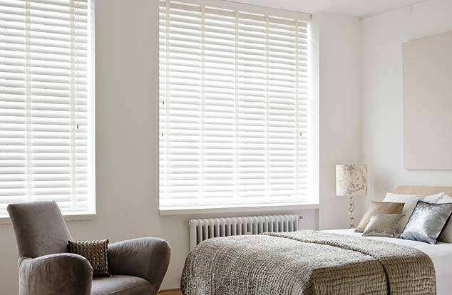 Rèm gỗ cửa sổ phòng ngủ màu trắng